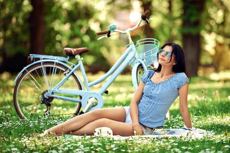 Woman with bike relaxing in city park Zdjęcie Seryjne