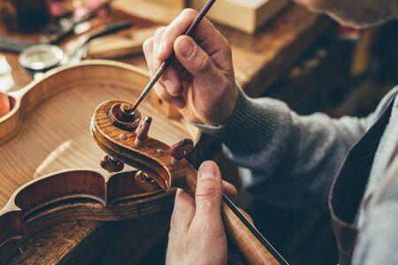 Liutaio ripara violino nel suo laboratorio Archivio Fotografico