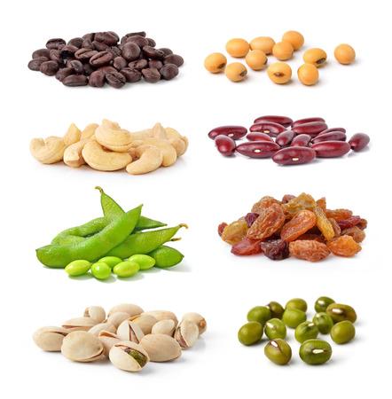 frijoles: Anacardos, judías verdes, habas de soja, granos de café, Pistachos, frijoles, pasas aislados sobre fondo blanco