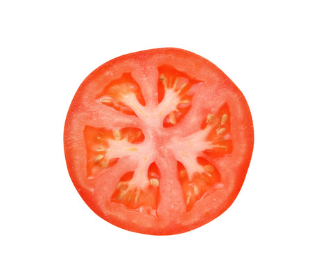 tomates: Rebanada de tomate aisladas sobre fondo blanco