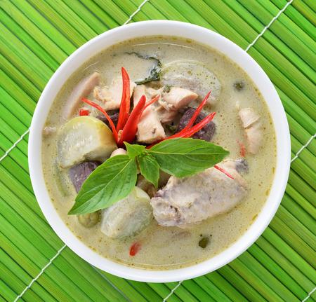 plato de comida: Pollo al curry verde, cocina tailandesa