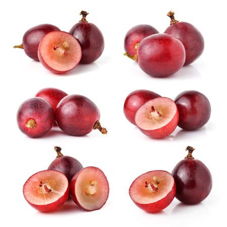 grapes: uva roja aislado sobre fondo blanco  Foto de archivo
