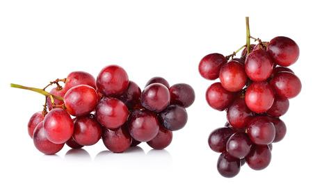 uvas: uvas rojas aisladas sobre fondo blanco. Foto de archivo