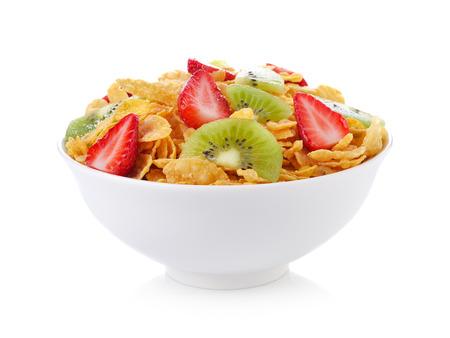 ciotola di corn flakes con frutta su sfondo bianco