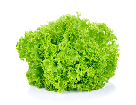 lechuga: hojas de lechuga verde fresco aislados en blanco