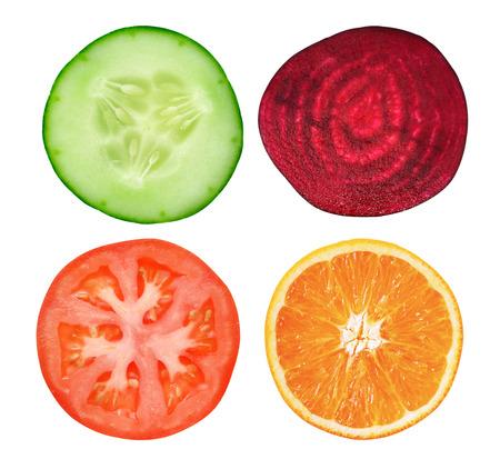 tomates: rodaja de pepino, tomate, naranja y remolacha en blanco Foto de archivo
