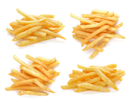 patatas: pila de patatas fritas apetitosa en un fondo blanco