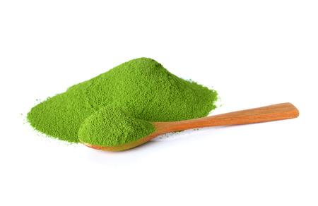 白い背景で隔離の竹スプーンで粉末緑茶