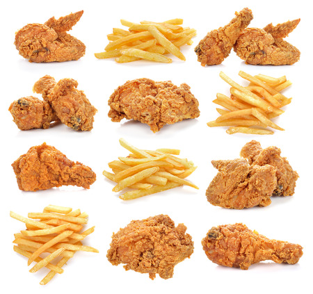pollo: pollo frito y papas fritas en el fondo blanco. Foto de archivo