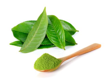 粉末緑茶と緑茶葉の白い背景で隔離 写真素材