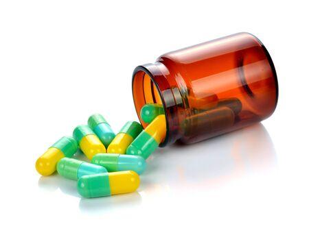 pastillas: píldoras de cada botella en el fondo blanco
