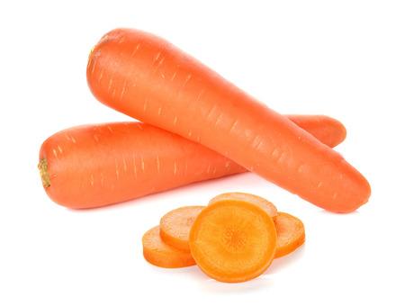 carrot: zanahorias frescas aisladas sobre fondo blanco