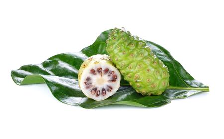 Morinda citrifolia 또는 흰색 배경에 노 니. 스톡 콘텐츠