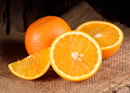 木製のテーブルに熟したオレンジ