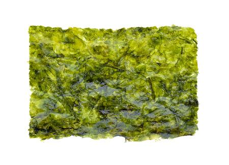 Feuille d'algues séchées, algues croustillantes isolé sur fond blanc.