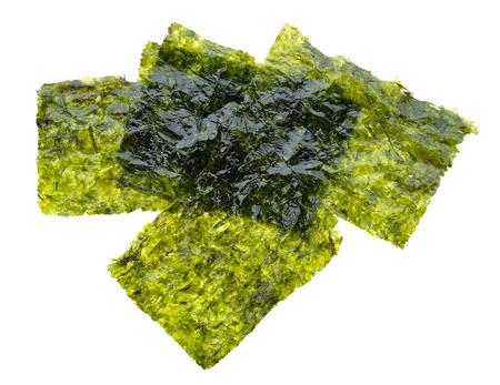 Feuille d'algues séchées, algues croustillantes isolé sur fond blanc. Banque d'images