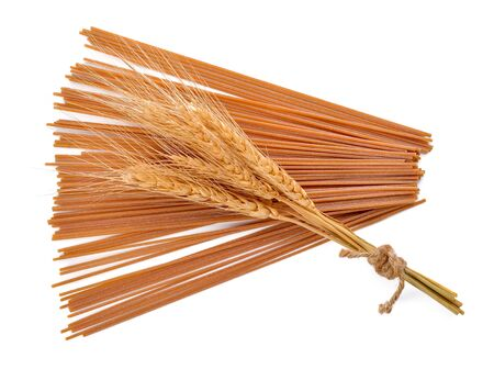 Whole wheat spaghetti on white background. 免版税图像