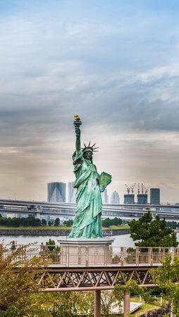 lady liberty: Se�ora libertad yuxtapone a Puente del Arco Iris en Tokio, Jap�n