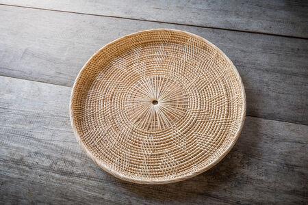 placemat: Wicker placemat su sfondo di legno