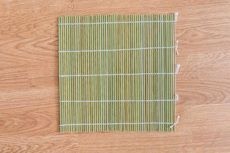 placemat: legno di bamb� paglia placemat su sfondo di legno Archivio Fotografico