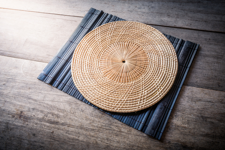 placemat: Wicker placemat sulle tovagliette di bamb� e sfondo di legno