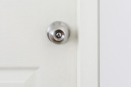 cerrar la puerta: una manija de una puerta que se volvió para liberar el pestillo
