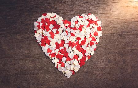 Un pequeño papel en forma de corazón dispuesto un gran corazón. concepto de San valentín