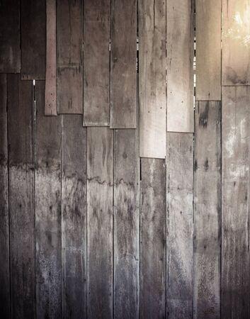 rústico fondo de madera resistida del granero con nudos y agujeros de los clavos