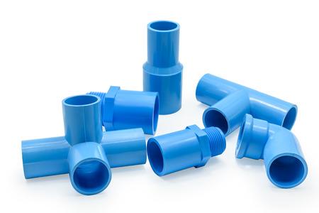 Gruppo di raccordi in PVC e clip del tubo isolato su sfondo bianco con tracciato di ritaglio