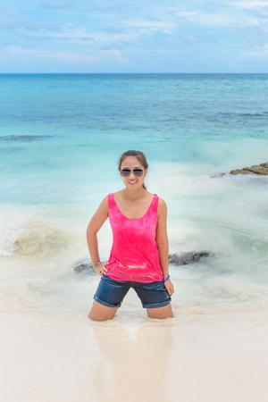 mujer arrodillada: mujer de rodillas en el agua en una playa, la isla de Similan, isla Tachai, Phuket, Tailandia