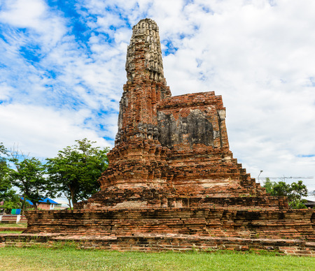 thai ethnicity: Majestic ruins of 1629 Wat Chai Watthanaram built by King Prasat Tong with its principal Prang (center) representing Mount Meru, the abode of the gods in Ayutthaya, Thailand