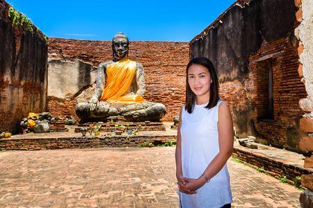 principal: mujer joven está explorando las ruinas de un templo budista y la estatua de Buda principal en Wat Worrachettharam La medición es importante templo en Ayutthaya, Tailandia. Parque histórico de Ayutthaya