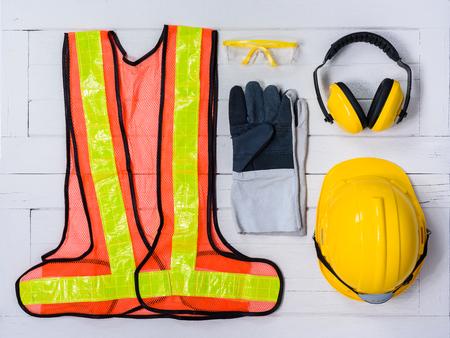 Standard-Konstruktionssicherheitsausrüstung auf weißem hölzernem Hintergrund. Draufsicht, Sicherheit zuerst Konzepte Standard-Bild