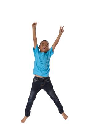 Menschen Konzept glücklicher kleiner asiatischer Junge, der in Luft springen Glück, Kindheit, Bewegungsfreiheit einzeln auf Weiß mit Beschneidungspfad Standard-Bild