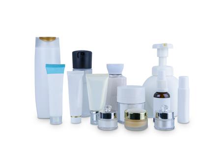 Colección de diversos envases de higiene cosmética de belleza botella de plástico con hidratante corporal aislado sobre fondo blanco con trazado de recorte