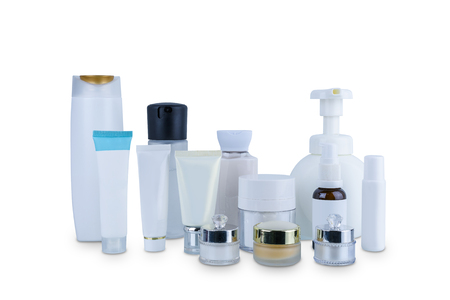 Sammlung verschiedener Schönheitskosmetikhygienebehälter Plastikflasche mit Körperbefeuchtung isoliert auf weißem Hintergrund mit Beschneidungspfad