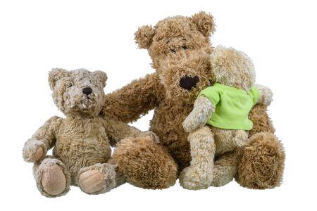 Due bambole orso che si siedono sulla bambola dell'orso madre e si abbracciano mostrando amore e preoccupazione nella famiglia isolata su sfondo bianco