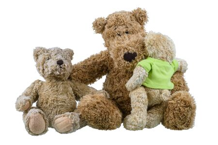 Zwei Bärenbabypuppen, die auf Mutterbärenpuppe sitzen und sich umarmen, zeigen Liebe und Sorge in der Familie isoliert auf weißem Hintergrund