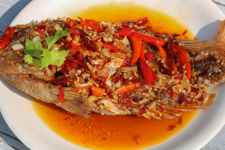 Deep-fried fish and chili sauce,it is a delicious to eat with steamed rice.Thai spicy food Archivio Fotografico