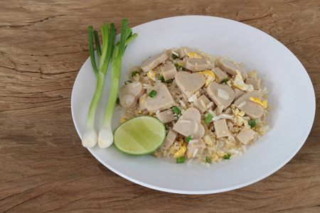 Fried rice with white pork sausage and egg on wood background Archivio Fotografico