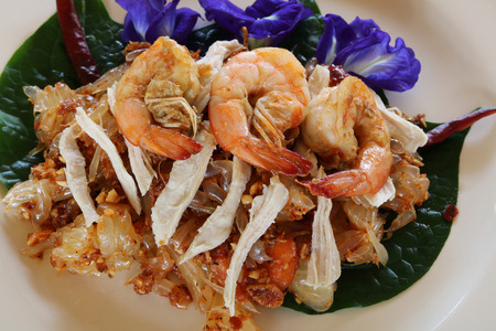 Spicy pomelo salad with prawns and chickens