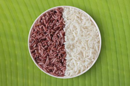 Thai riceberry organic food and Thai jasmine rice isolated on banana leaf Archivio Fotografico