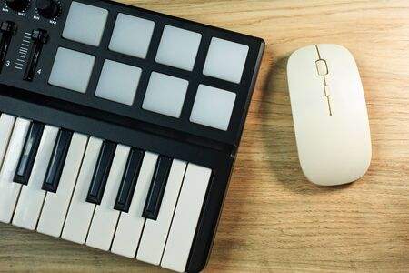 The  midi controller Sound Synthesizers device for music EDM producer. 版權商用圖片 - 129963202