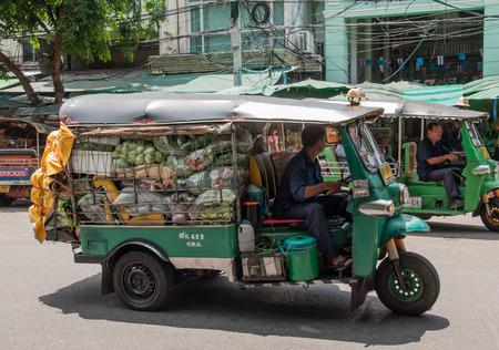 BANGKOK, THAILAND - september 20: onbekende man vervoert plantaardige door Tuk Tuk auto bij Pak Khlong Talat markt in Bangkok, Thailand op 20 september 2013.