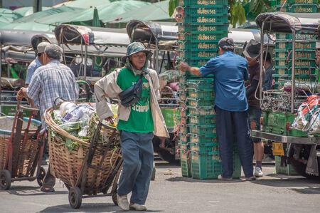BANGKOK, THAILAND - 20 september: onbekende man vervoert plantaardig afval bij Pak Khlong Talat markt in Bangkok, Thailand op 20 september 2013. Redactioneel