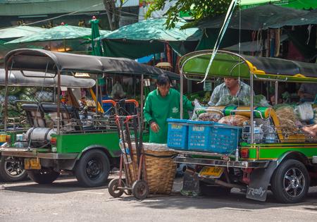 BANGKOK, THAILAND - 20 september: Unidentified man transporteert groenten door Tuk Tuk auto op Pak Khlong Talat markt in Bangkok, Thailand op 20 september 2013.