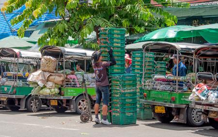 BANGKOK, THAILAND - 20 SEP: Niet-geïdentificeerde mens Mandopslag van groente bij Pak Khlong Talat-markt in Bangkok, Thailand op 20 September 2013.