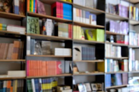biblioteca: Estante de libro de fondo fuera de foco Foto de archivo