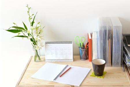 고정 및 커피와 함께 홈 오피스 테이블 스톡 콘텐츠