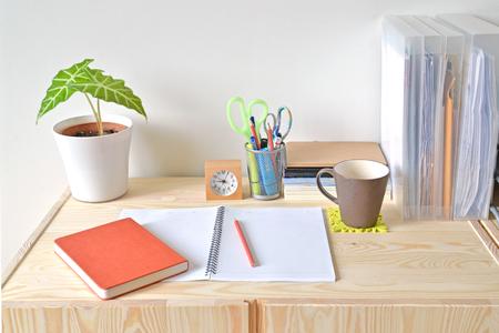 ホーム オフィス文房具とコーヒー テーブル 写真素材 - 47107152